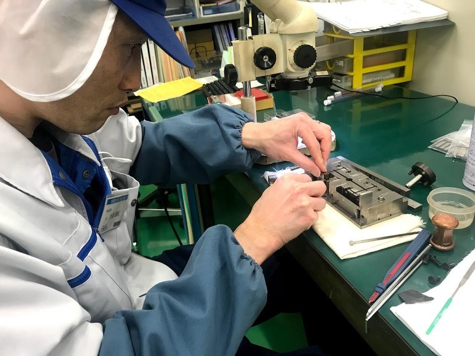 金型のメンテナンス作業<br /> 金型パーツを洗浄し組み換えを行っております。
